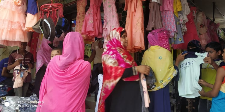 চাঁপাইনবাবগঞ্জের রামচন্দ্রপুরহাটে করোনা ঝুঁকি নিয়ে মার্কেটে মানুষের ভীড়