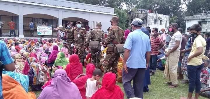 পলাশবাড়ী পৌরসভায় সেনাবাহিনীর সহযোগীতায়  ভিজিএফ এর চাল বিতরন