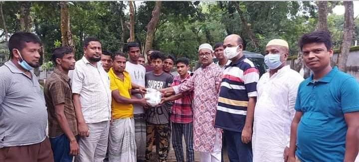 তানোর উপজেলা চেয়ারম্যানের ফুটবল বিতরণ